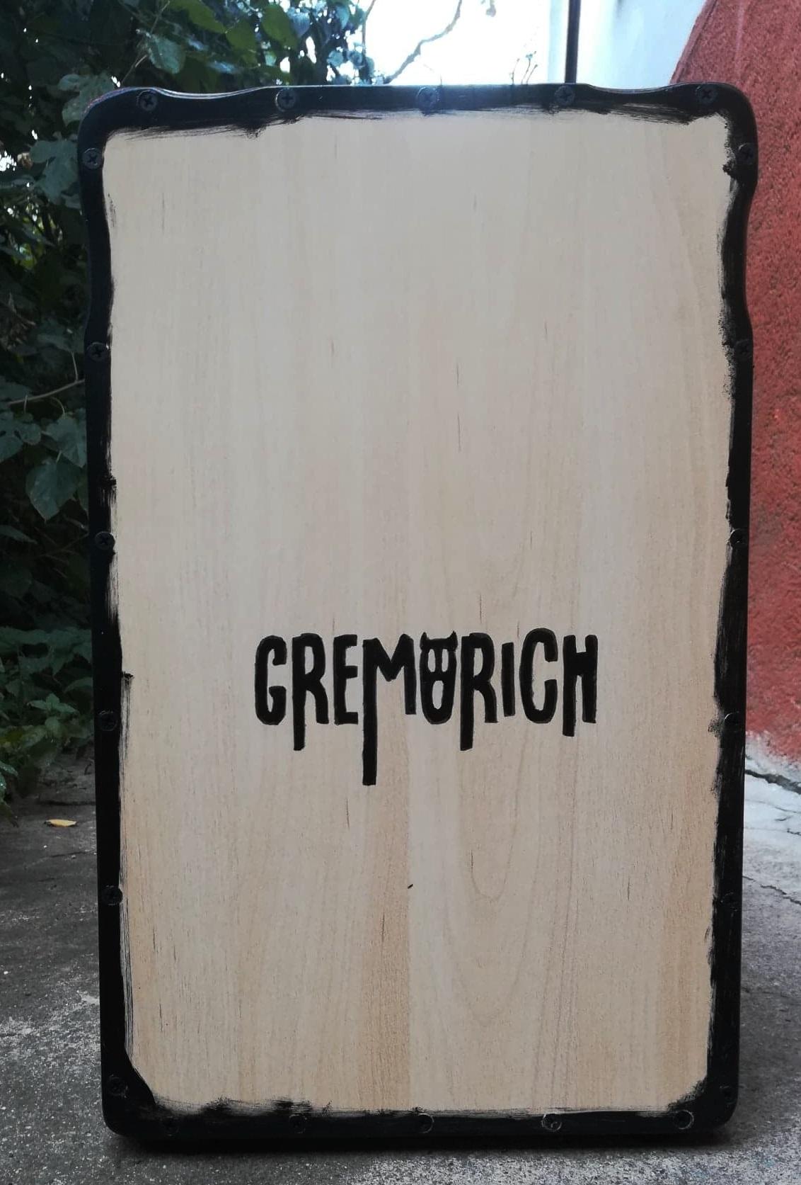 A Gremorich zenekarnak készült cajon, saját logóval
