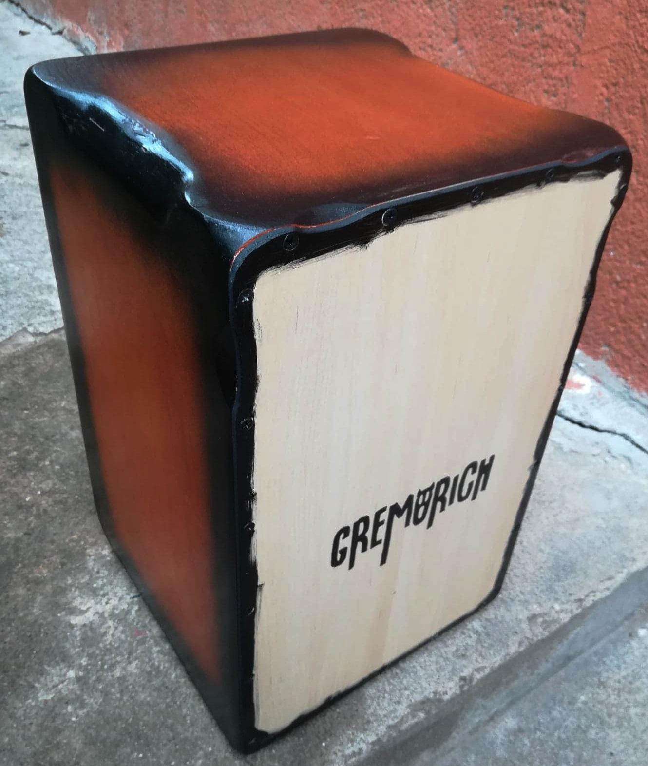 A Gremorich zenekarnak készült cajon, saját logóval (oldalról)