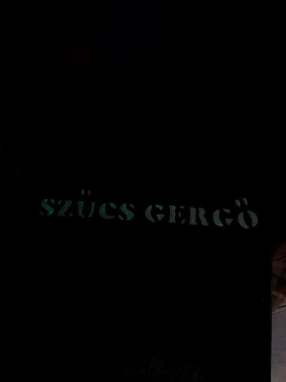 Fekete cajon fluoreszkáló felirattal, sötétben